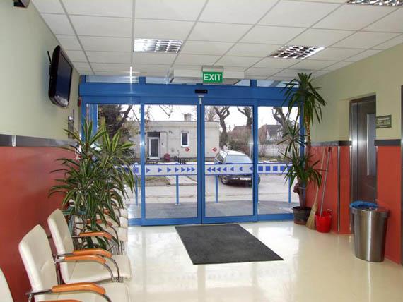 Székesfehérvári állatkórház bejáratán Ditec automata ajtó